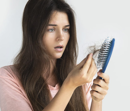 Чому восени волосся випадає сильніше і як з цим боротися